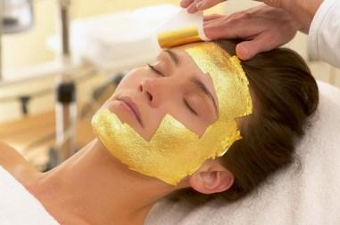 mascara-facial-de-oro-el-lujo-en-la-belleza-01