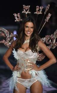 rs_634x1024-151110172518-600-6victorias-secret-fashion-show-runway.ls.111015