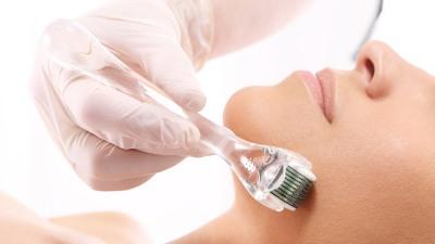 mujer-acostada-realizandose-un-tratamiento-de-estetica-en-la-piel.jpg
