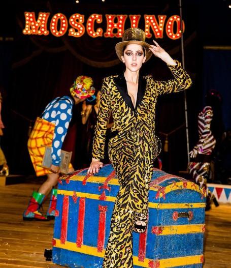 teddy-quinlivan-moschino-2019-resort-show_8cbd47ce.jpg